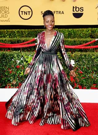 Lupita Nyong'o muy chic vestida de Elie Saab