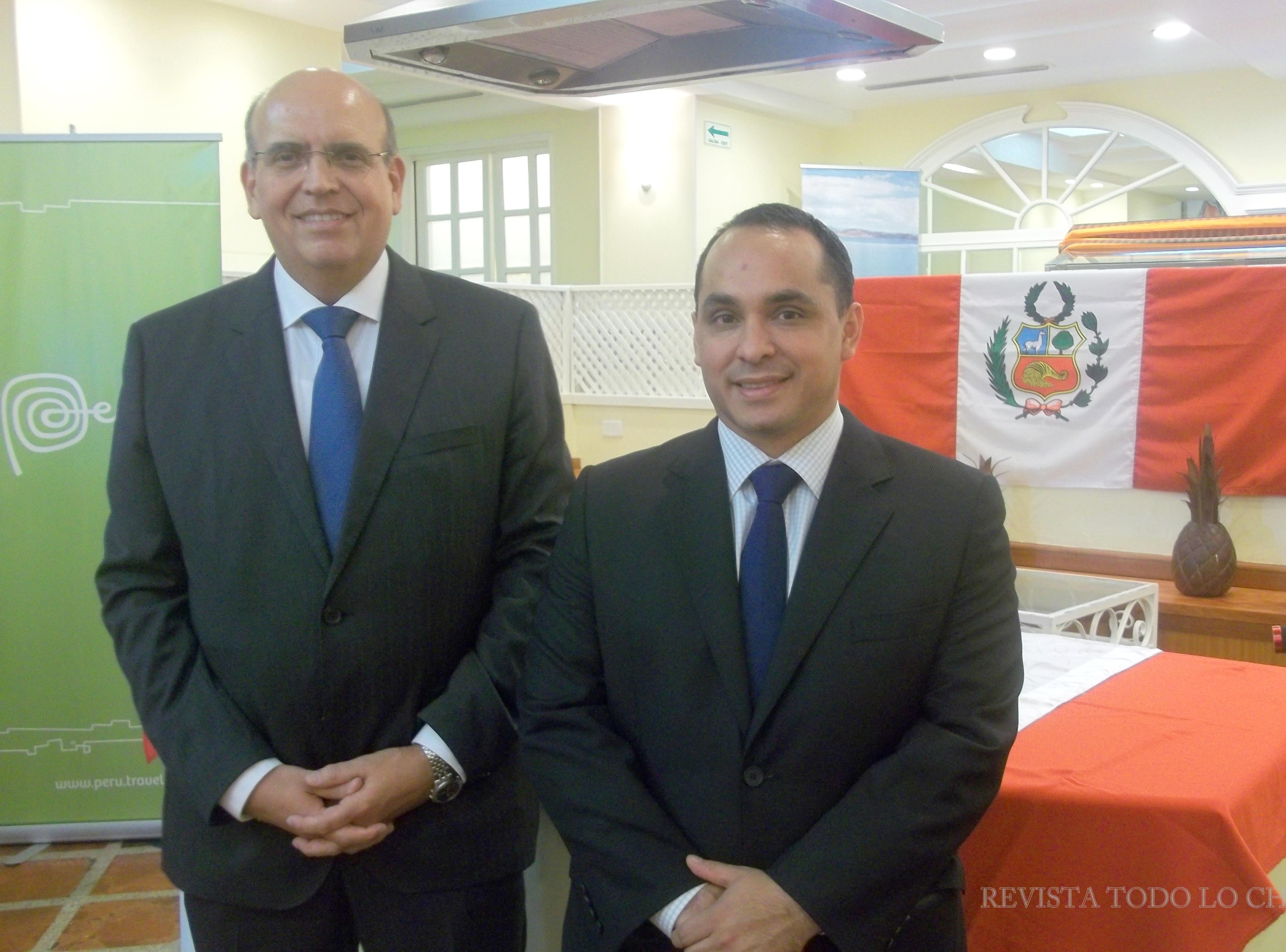 El  Embajador de Perú Mario López Chávarri y su Consejero de asuntos culturales Carlos Sánchez