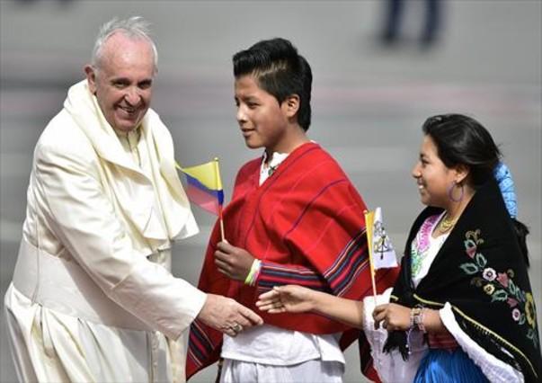 papa-llegada-ayer-quito-primera-parada-gira-por-america-latina-1436128883441