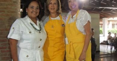 Foto 1.-  María Cristina  Parra de Rojas Villafrade flanqueada por Yamile Ligori  López y Toña Granados. (Portada)