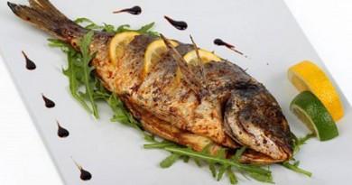 pescado-frito-con-hierbas-frescas-y-limon