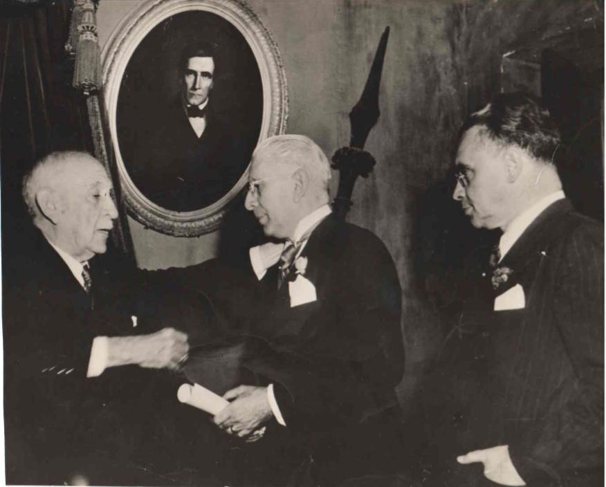 Momento en el que el Director de la Academia Nacional de la Historia, Dr. Antonio Alamo, impone la medalla de  académico número (sillon LL) de Prof. Predo José Muñoz. - Caracas 16 de junio de 1951