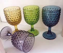 Las copas de colores para tomar vino