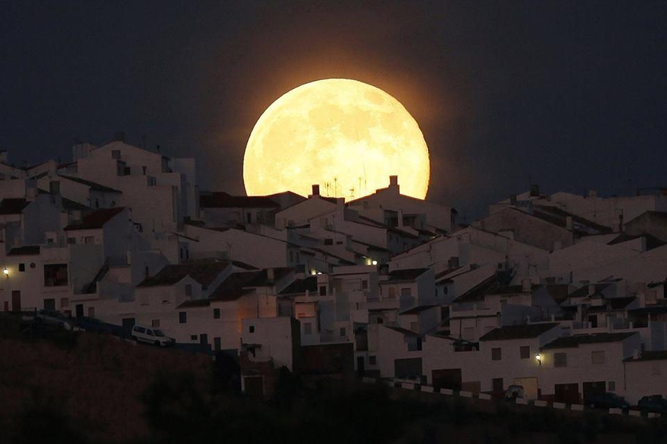 Luna sobre Olvera, Cádiz