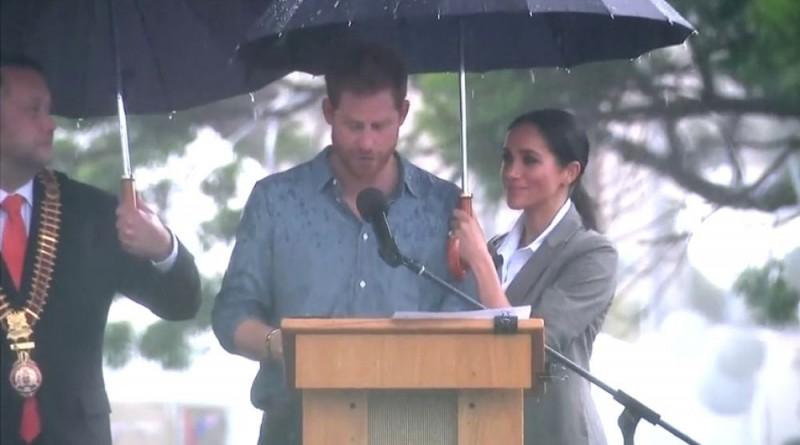 meghan y paraguas