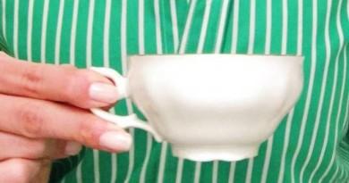 sostener la taza de cafe 2