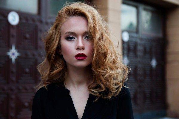 peinados-ondas-pelo-largo-peinadas-hacia-un-lado-pexels-600x400