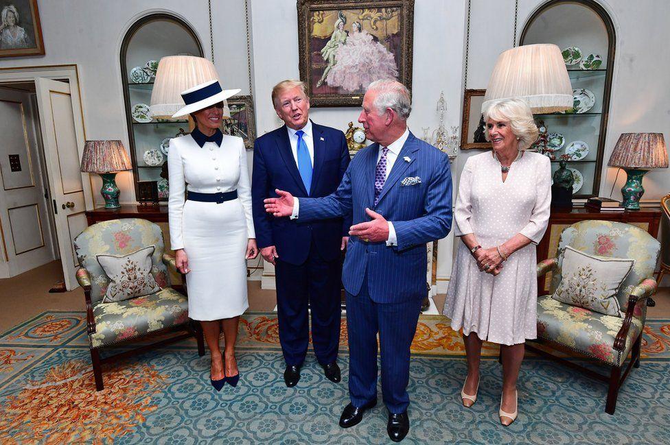 El presidente Trump y su esposa en la corte de la reina Elizabeth II