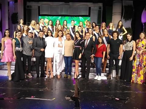 En la foto nuestro Cronista de las Misses, Tony Hidalgo (@tonihidalgoa)  con las candidatas, las reinas actuales, el comité, los animadores y parte del equipo del Miss Venezuela