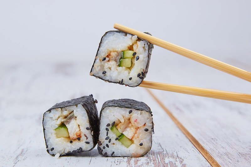 ¿Cómo se debe comer sushi?