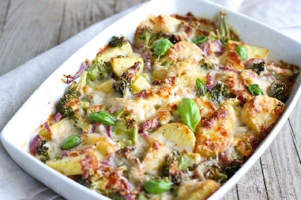 Tan de la cocina de casa,  brócolis con papas gratinados