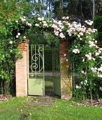 Los muy chic arcos de flores en el jardín