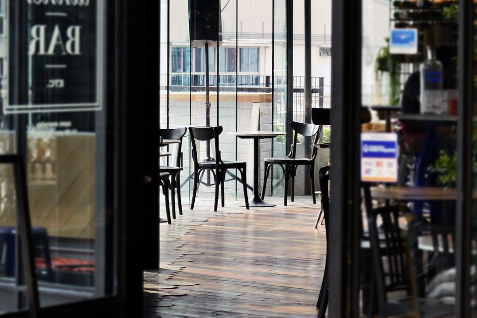 El comportamiento en un restaurante, ¿cómo tratar a los mesoneros?