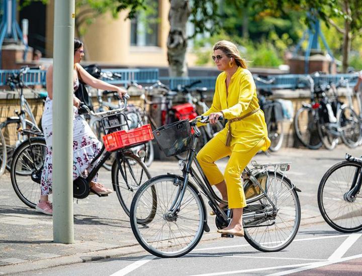 La reina Máxima en bicicleta al Museo de Arte